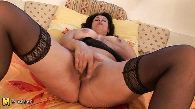 Ona sama między erotyka mom piersiami, a następnie wlewa się do pochwy.
