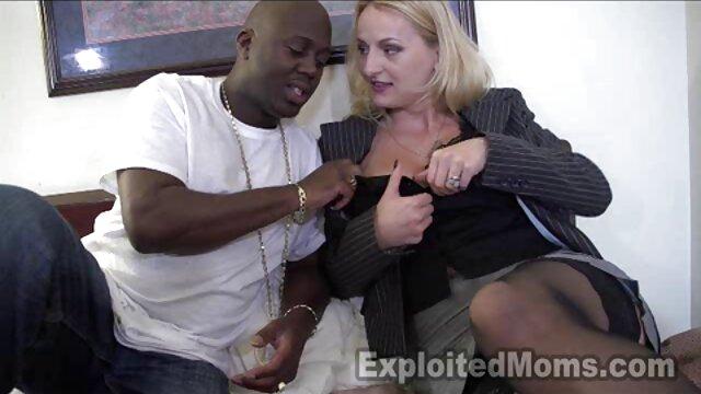 Blondynka objęła filmy erotyczne na komórkę go