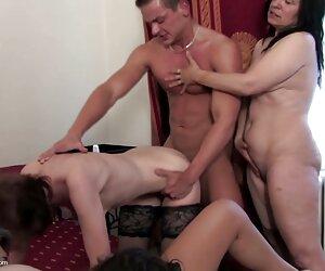 Chłopcy sprawdzają członków erotyka masaze grupy w wąskich dziurach.