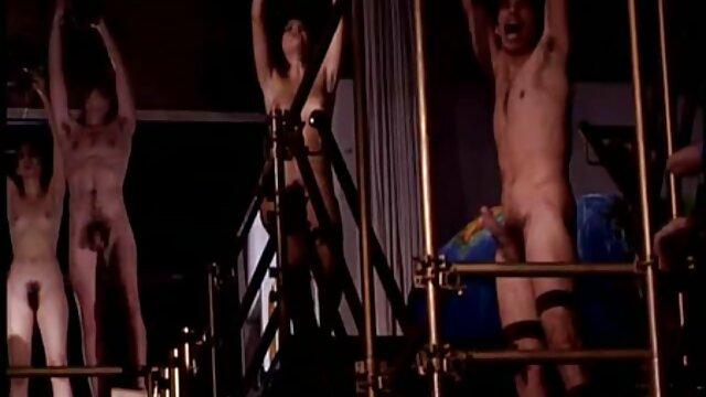 Dziewczyna pokazująca różową erotyka sex dziurkę pochwy