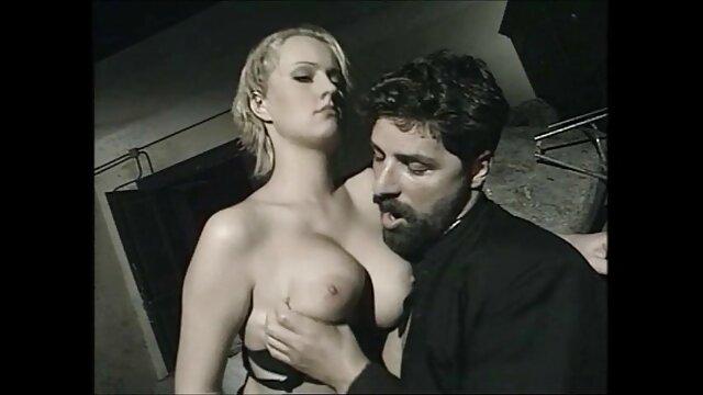 Dziewczyna sex erotyka za darmo zręcznie skacze śrubami