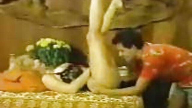 Posadziła delikatne filmy erotyczne czystą dziewczynę-Koguta